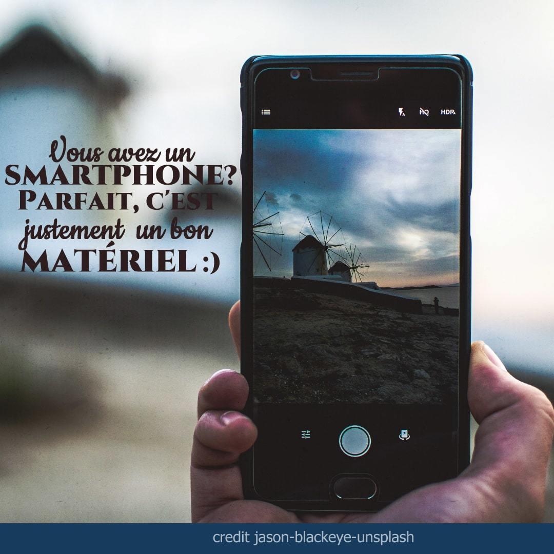 smartphone à bout de bras